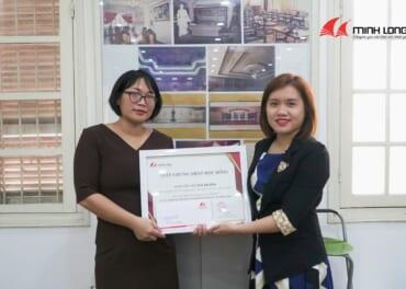 Đại diện Khoa Nội thất - ĐH Mỹ thuật Công nghiệp nhận học bổng đồ án do Gỗ Minh Long trao tặng