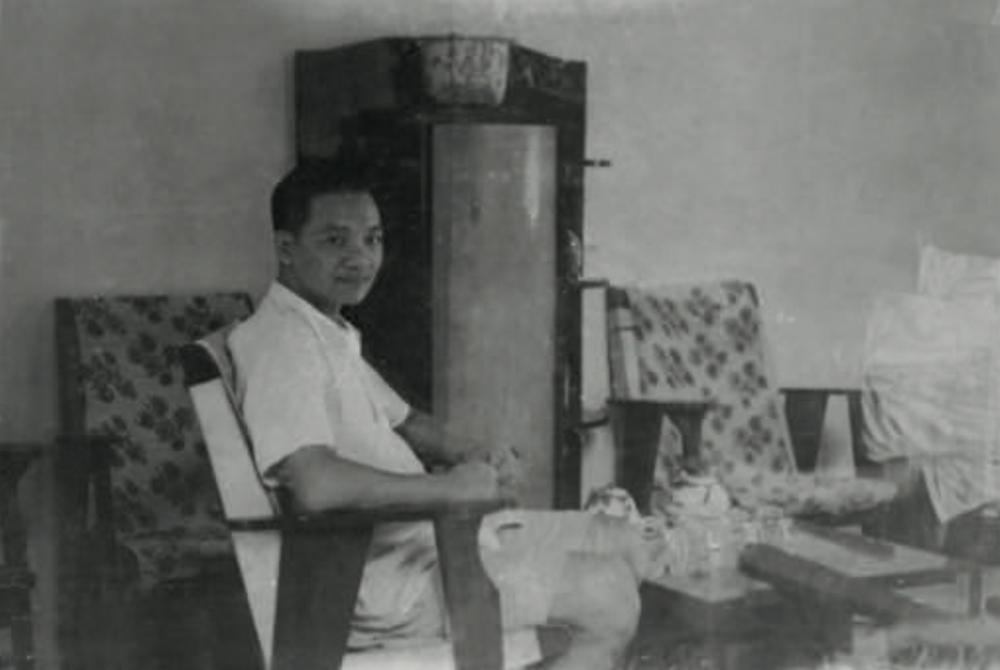 Nhà giáo Trịnh Hữu Ngọc bên kiểu ghế ưa thích