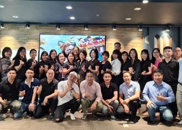 Tập thể CBNV Gỗ Minh Long chụp ảnh lưu niệm cùng Donnie Chu sau buổi chia sẻ